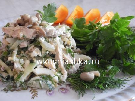салат с курицей,грибами и огурцом